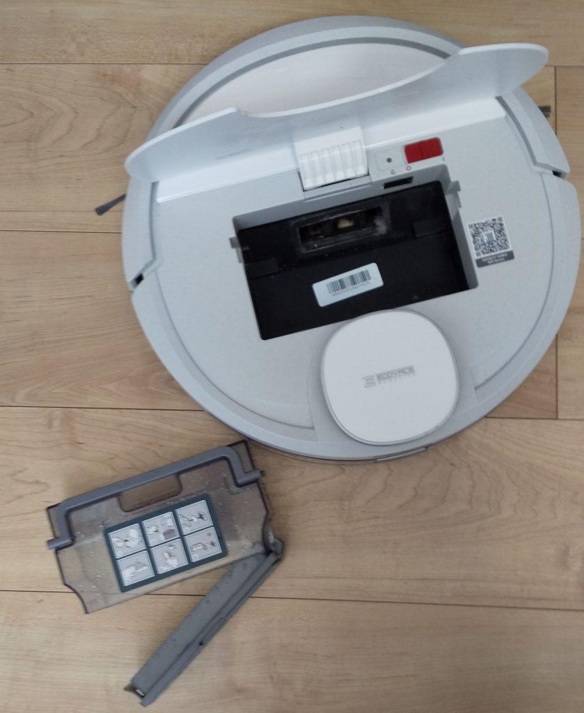ロボット掃除機DEEBOTはたまったゴミを簡単に捨てれる。